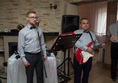 Zespół muzyczny RETRO BAND - muzyka biesiadna. biesiada za stołami z akordeonami i gitarą. Przyśpiewki weselne